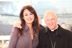 Maria Grazia Cucinotta e l'arcivescovo Molinari